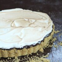 S mores Tart with Marshmallow Meringue | Big Green House #smores #tart #chocolate #meringue #marshmallow