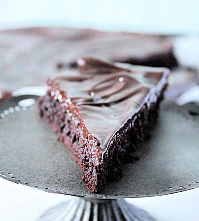 Flourless Chocolate Cake: No Refined Sugar - Big Green House #biggreenhouseblog #flourlesscake #chocolate #cake #chocolatecake #dessert