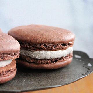 Cookies and Cream Macarons- Big Green House #macarons #cookies #cookiesandcream #oreocookies #dessert