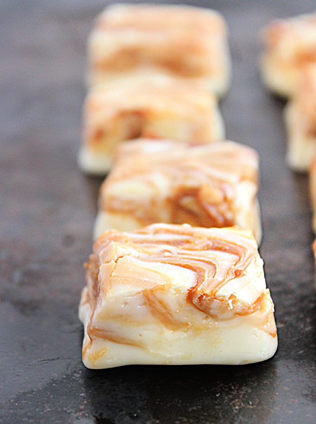 White Chocolate Dulce de Leche Swirled Fudge- Big Green House #biggreenhouse #dulcedeleche #fudge #nobaking